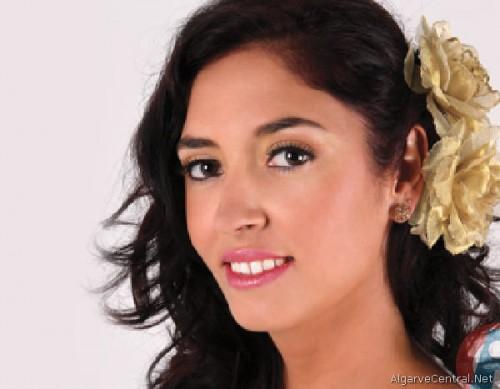 La cantante de fados portuguesa Isa de Brito actúa en la apertura de las jornadas.