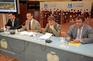 De izquierda a derecha, el director general de Matsa, Alonso Luján; el presidente de la Diputación, Ignacio Caraballo; el delegado del Gobierno andaluz, José Fiscal; y el delegado territorial de Empleo, Eduardo Muñoz.
