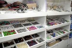 En este puesto puedes adquirir los materiales necesarios para crear tus complementos.