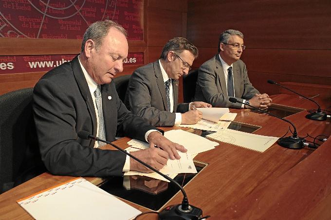 Firman de la renovación del convenio entre la UHU y AIQBE.