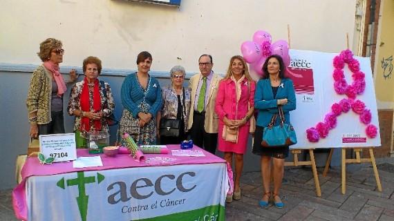 Más de 40 comercios onubenses visten su escaparate de rosa en apoyo de la lucha contra el cáncer de mama