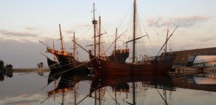 El Muelle de las Carabelas simboliza el papel de Huelva en el Descubrimiento de América.