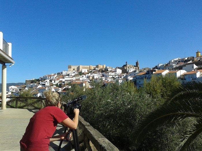La periodista italiana tomando imágenes en Aroche.