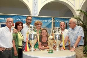 E alcalde con parte de su equipo de gobierno en el Patio del Ayuntamiento con las dos Eurocopas y la Copa del Mundo que ganó España.