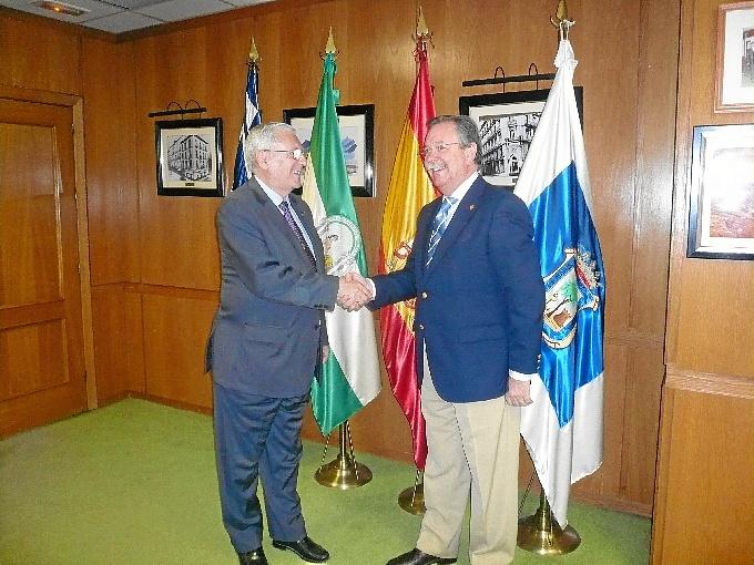 El director de Hipercor en Huelva y el hermano mayor de la Hermandad sellan el convenio.