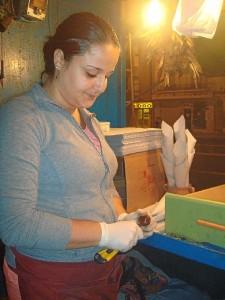 Eva Rubio, cortando castañas antes de ponerlas en la olla para asarlas.