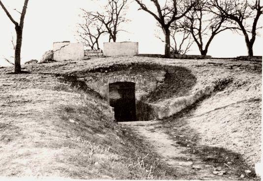 Antiguo aspecto del acceso a la construcción megalítica.