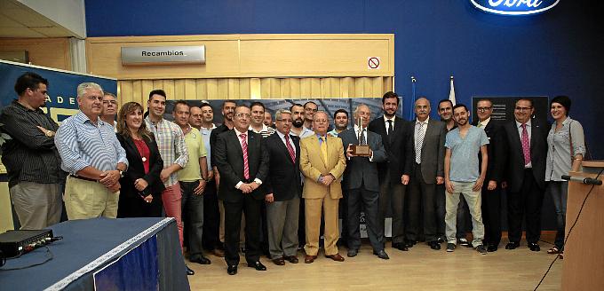La plantilla de Huelva Automocion con el Premio Chairman's. / Foto: José Carlos Palma