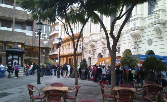 A las 9.00 horas del día 22 la cola de la taquilla del Gran Teatro se extendía calle abajo.