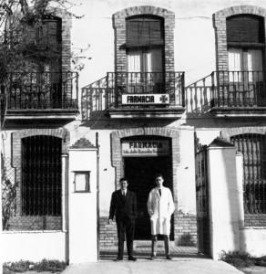 La farmacia de Julio Buendía en la avenida de las Adoratrices (1967). En la puerta de la farmacia Santos y Pepe, dos grandes conocidos por la gente del barrio.