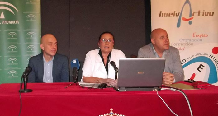 La alcaldesa isleña, en el centro junto al director de Huelva Activa y el concejal de Juventud.