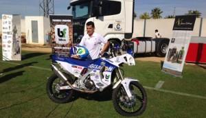 Luis Carlos Calderay, con la moto con la que participará en el Dákar. / Foto: P. G.