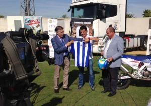 El piloto valverdeño recibió una camiseta del Recre por parte del club. / Foto: P. G.