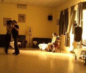 El último viernes de cada mes, los tangófilos onubenses se encuentran para milonguear. / Foto: www.facebook.com/lamilonguitadehuelva.tango