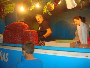 Paco y su hija suelen vender entre 20 y 25 kilos de castañas diarios.