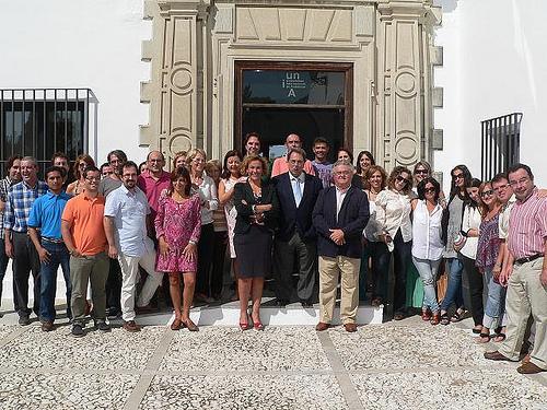El nuevo rector, en el centro, acompañado por los trabajadores de la sede rabideña.