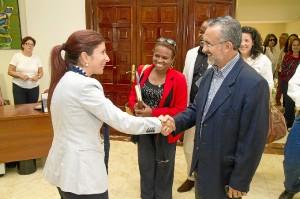 Esperanza Cortés saluda al alcalde del municipio de Camaçarí.
