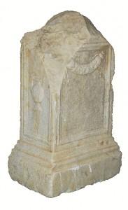 Ara anepigráfica del siglo I d.C. localizada en la Plaza de las Monjas. / Foto: Anfora GIP.