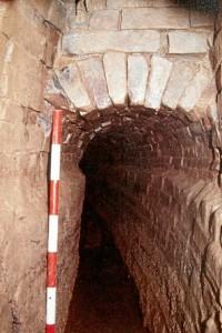 Interior de galería del acueducto en su tramo subterráneo. / Foto: Servicio de Arqueología, Diputación de Huelva.