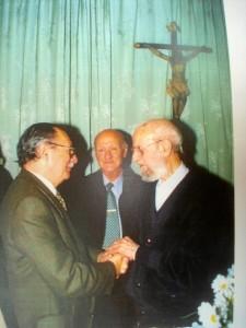 De derecha a izquierda.- Padre José María Laraña, Manolo Aragón Ponce y José Bacedoni Bravo, en la Capilla de 'Funcadil' al final de una misa celebrada por el Padre Laraña en el año 1999.
