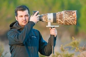 El fótografo Alejandro Jiménez, con su cámara.