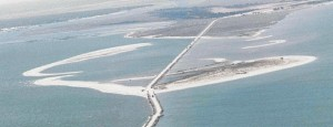 """Vista aérea de la Isla de Saltés y laguna de """"El Manto"""" junto a la playa en formación  (en primer plano a la izq ) con la carretera del espigón adentrándose en el mar. (Archivos  Autoridad Portuaria de Huelva). / Foto: webs.ono.com."""