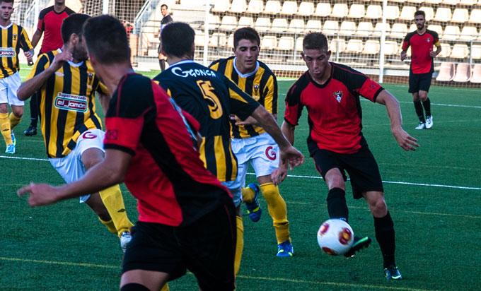Jugador-de-Ayamonte-dando-un-pase-hacia-su-compañero-rodeados-de-jugadores-del-equipo-visitante