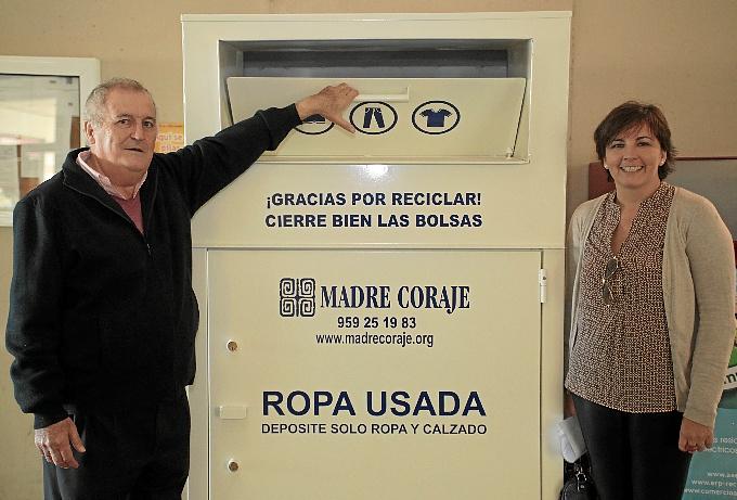 Manuel Rodríguez Salido e Isabel Castilla, con el nuevo contenedor de Madre Coraje en el Mercado del Carmen. / Foto: José Carlos Palma.