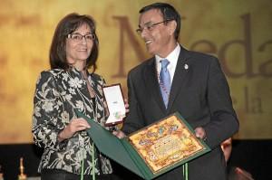 Eloisa Bayo, recogiendo la Medalla de la Provincia de Huelva.