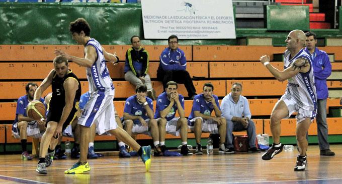 Ricky Pérez intenta superar a Álvaro Romero.