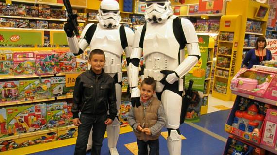 Más de 26.000 personas acudieron a la inauguración de la tienda de Toys 'R' Us en Holea