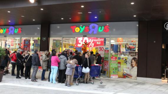 Los onubenses arropan la fiesta de apertura de la primera tienda de Toys 'R' Us  en Huelva, instalada en el Centro Comercial 'Holea'