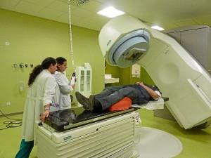 Los profesionales preparan a un paciente para recibir tratamiento de radioterapia en el nuevo acelerador lineal de electrones.
