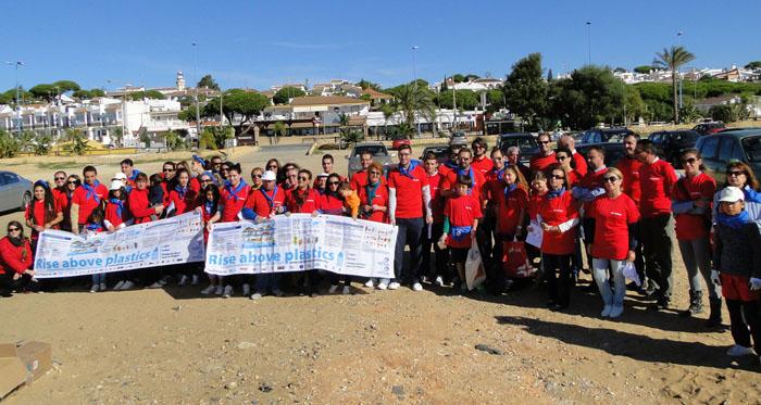Voluntarios, antes de comenzar la batida por la playa.