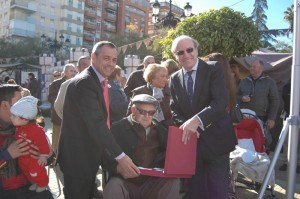 Momento de la entrega de la Placa al homenajeado de honor.