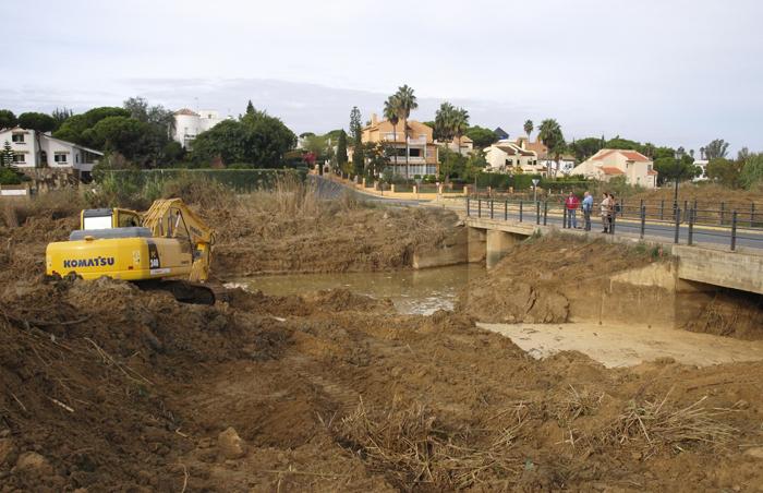 Los trabajos de limpieza llevados a cabo en el arroyo.