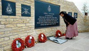 Coronas de amapolas en el Monumento a los Caídos en Las Malvinas, en Inglaterra. / Foto: zocalo.com.