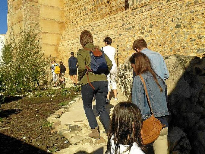 Turistas franceses recorren el castillo.