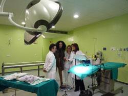 Eloisa Bayo, en el Hospital Juan Ramón Jiménez, explicando la incorporación de la braquiterapia para mejorar la eficacia del tratamiento en determinados tumores.