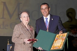 Isabel Naylor recogió la Medalla de Oro de la Provincia de Huelva.
