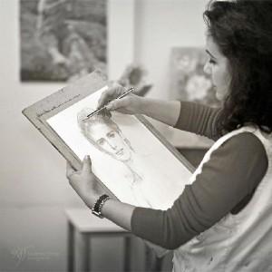 La pintora valverdeña, realizando un retrato.