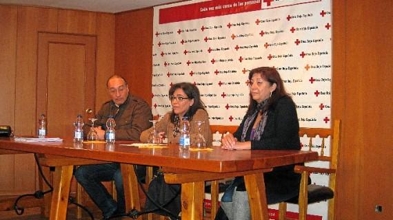 Voluntarios de Cruz Roja se preparan para proteger del fuego a los asentamientos de inmigrantes
