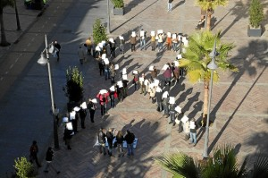 Lazo humano en el centro de Huelva por las víctimas.