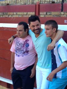 Miguel Poveda con dos miembros de Aspandle, durante la sesión fotográfic
