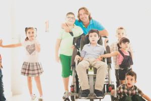 Pepe 'El Marismeño', rodeado de niños de la Asociación lepera.