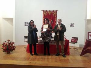 De izquierda a derecha, Rosa caballero, alcaldesa de Riotinto; Rosario Santana, la autora, y Rafael Perea, concejal de Cultura.