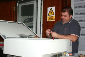Un operario realizando la instalación.