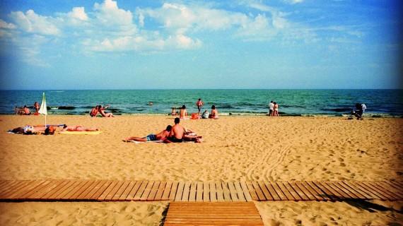 La playa Central de Isla Cristina, una de las mejores playas de España para hacer turismo con niños