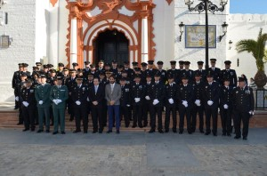 Los miembros de la Policía almonteña delante de la parroquia de la Asunción.