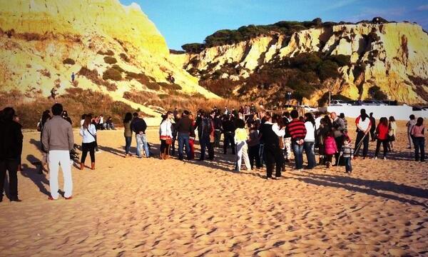Rafa González Púas y César López logran una enorme difusión de su video rodado en la playa del Parador sobre la Navidad
